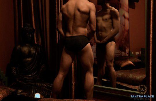 Masajista erótico frente a un espejo