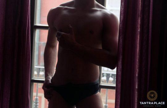 Héctor, masajista masculino, en contraste con una ventana